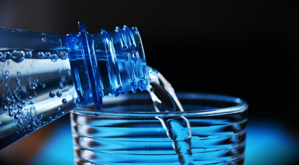 apa care curge dintr-un bidon intr-un pahar
